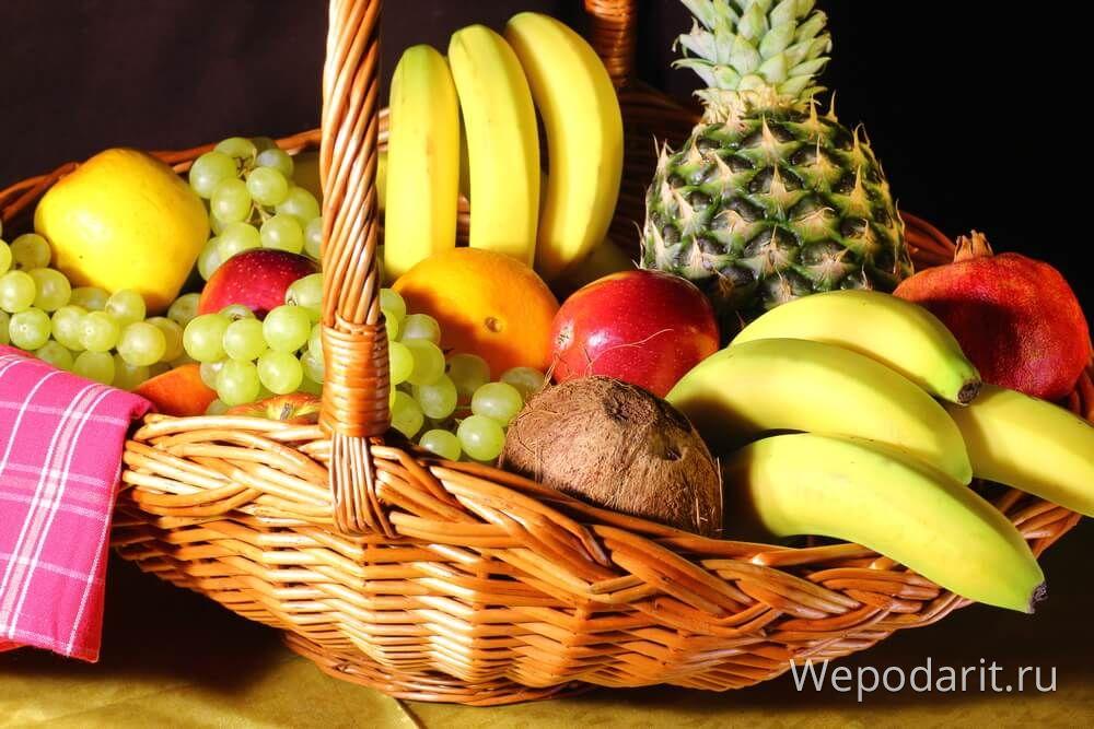 великий кошик зі свіжими фруктами