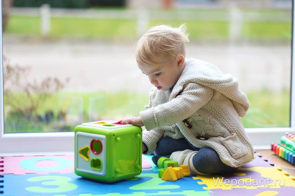 дівчинка грає в сортер