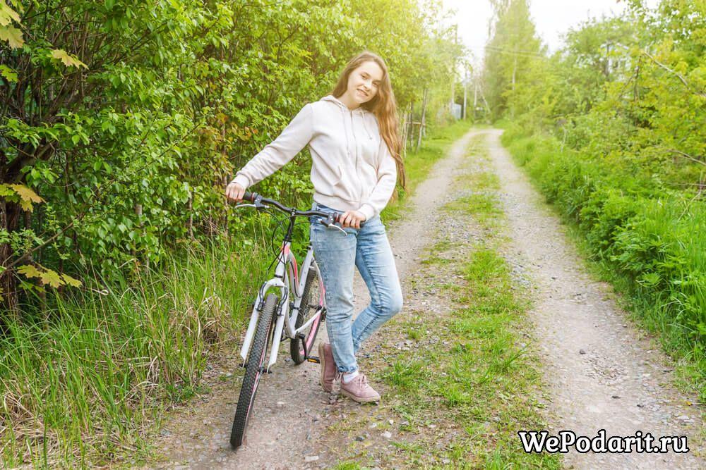 дівчинка на гірському велосипеді