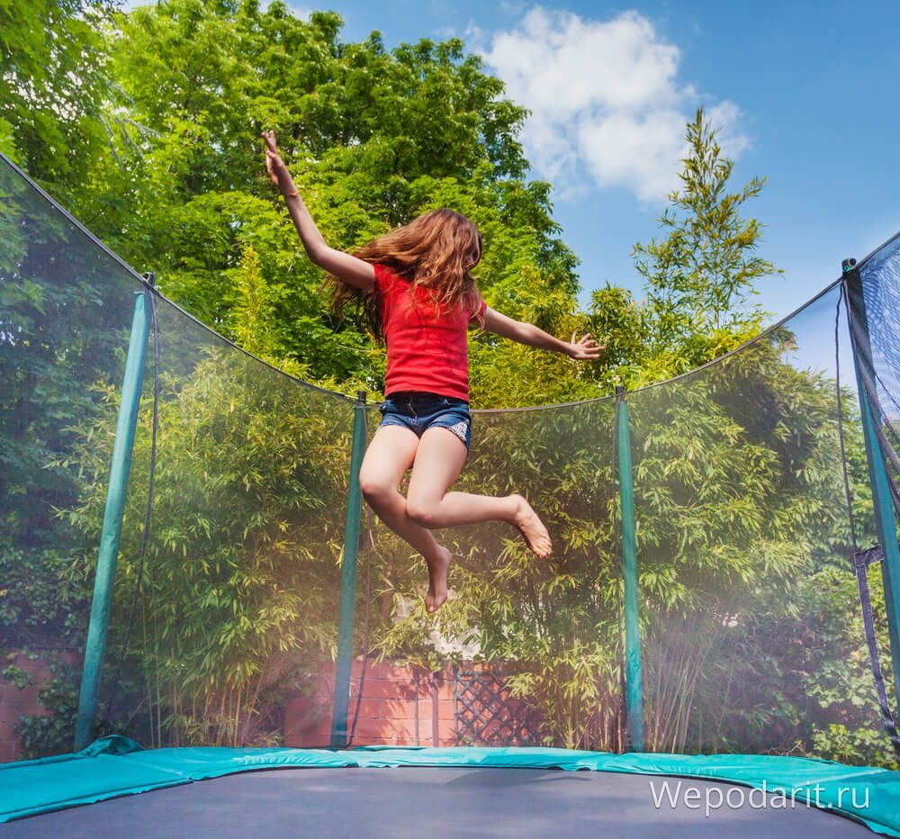 дівчинка стрибає на батуті