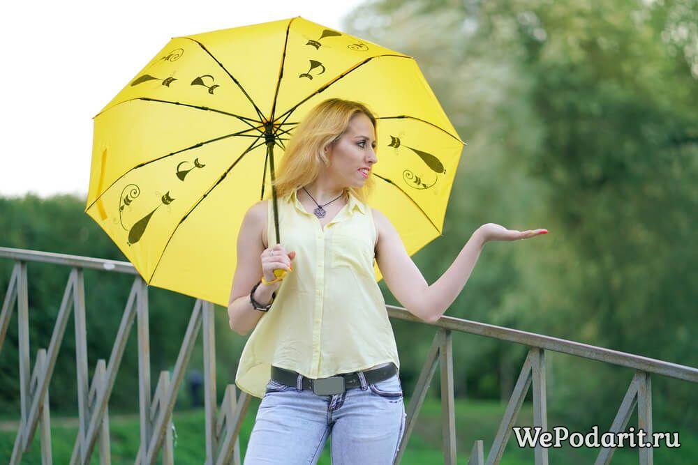 дівчина з яскравим парасолькою