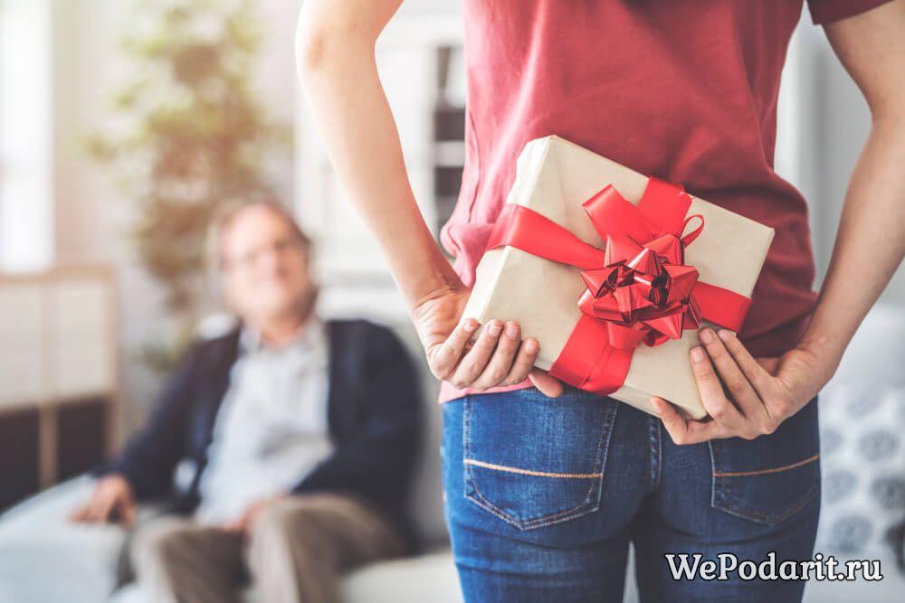 дочка дарувати подарунок батькові