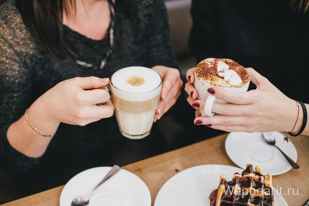 дві дівчини п'ють каву в ресторані