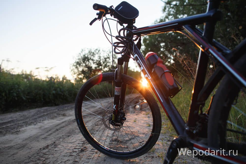гірський велосипед на тлі заходу
