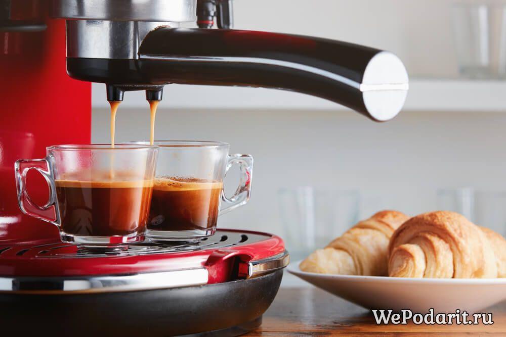 кавоварка готує еспрессо і круасани