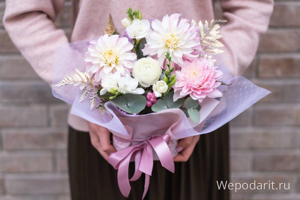 милий букет квітів виховательці