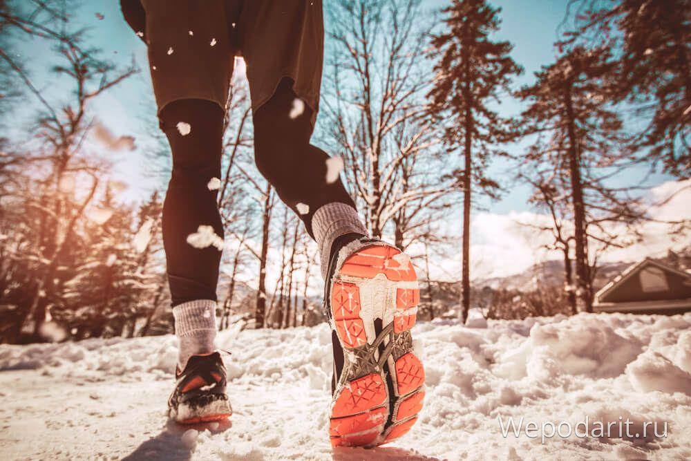 чоловік бігає в лісі в помаранчевих кросівках