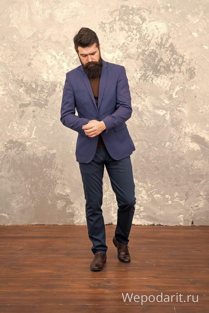 чоловік з бородою в класичному костюмі