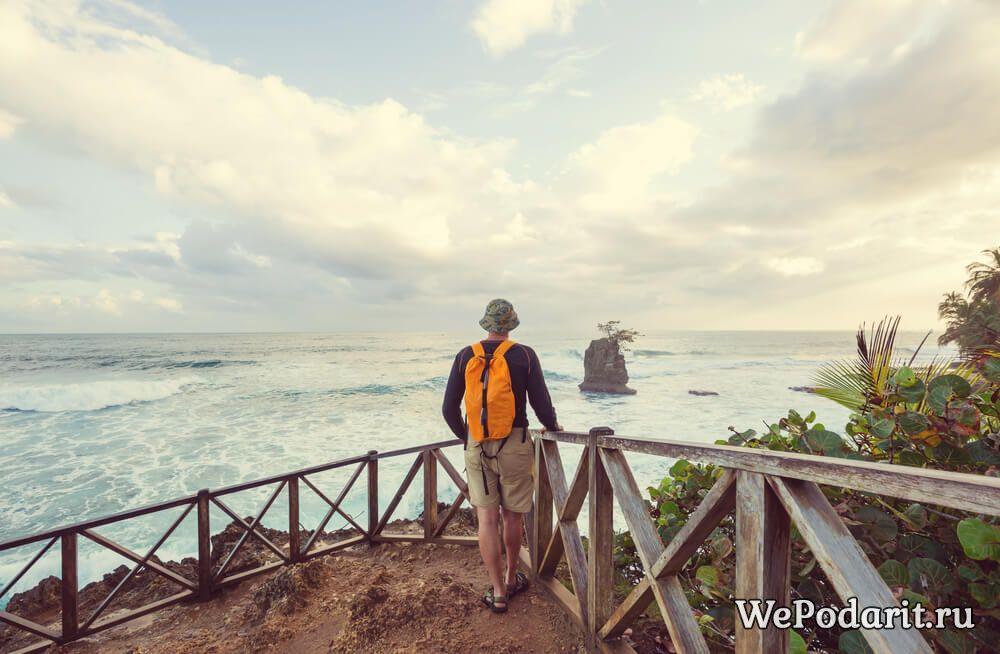 чоловік дивиться на море
