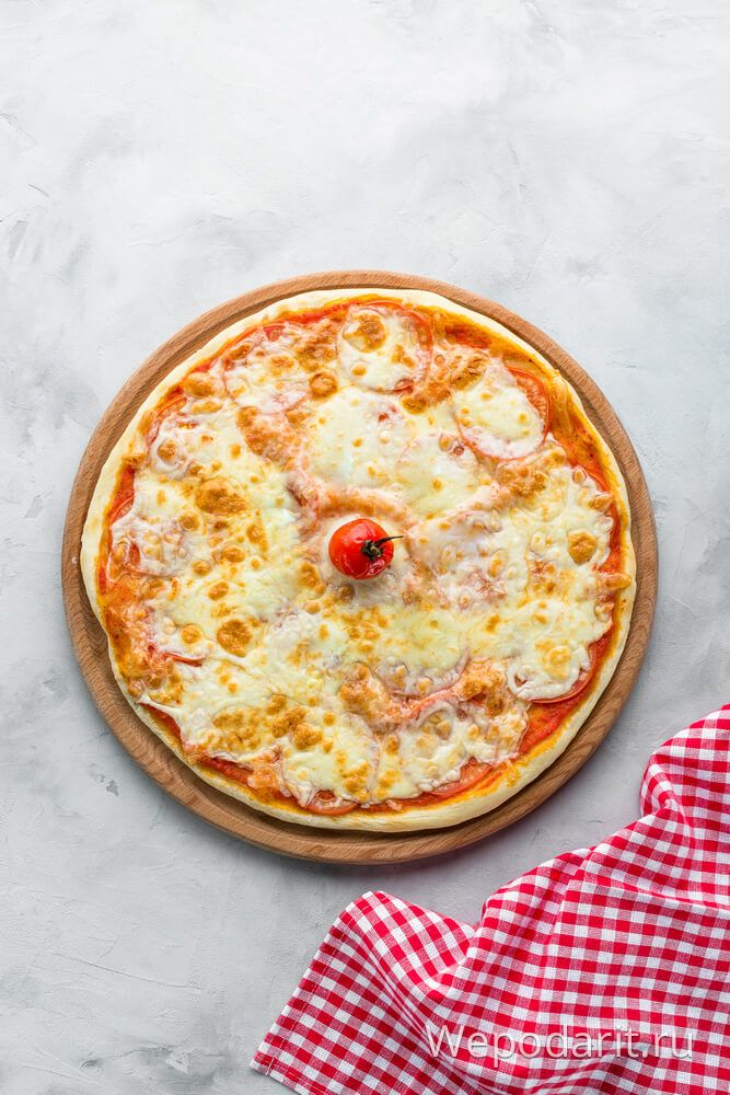 піца з томатом і сиром