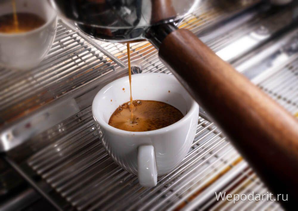 приготування еспрессо на кавомашині