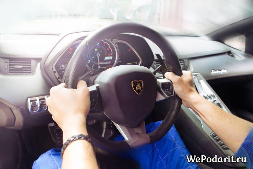 водій за кермом