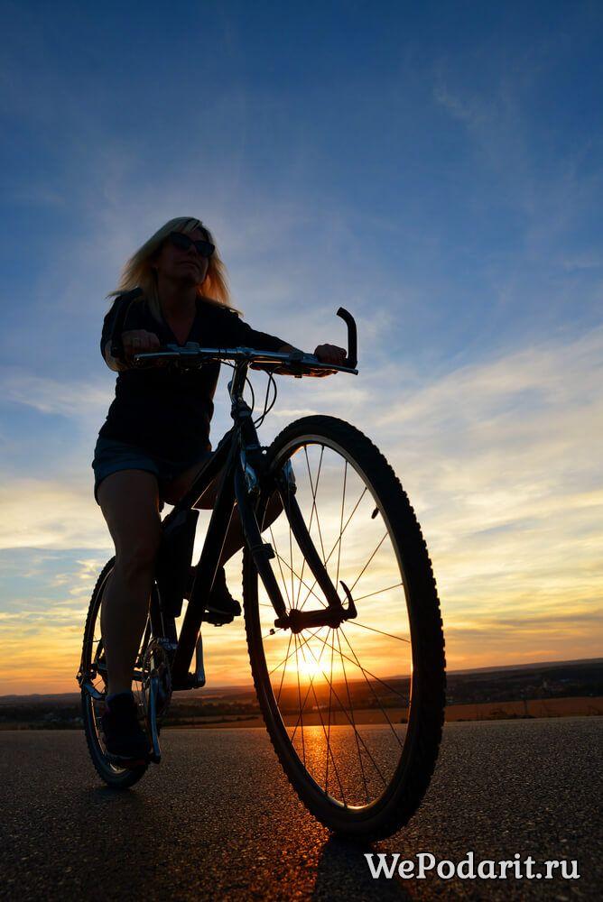 вихователька на велосипеді