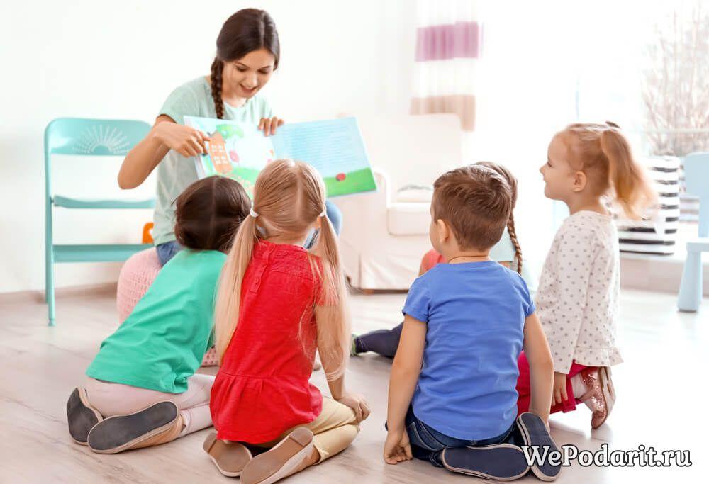 вихователька в дитячому садку з дітьми